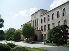 220px-Kobe-Univ-Rokkodai-Honkan02[1].jpg